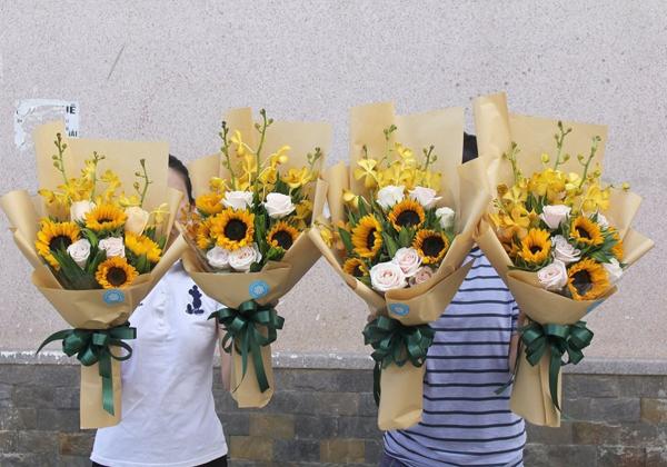 Nâng ly tiệc mừng, Trao hoa tưng bừng - Hoa tất niên- Hoa 7 Ngày